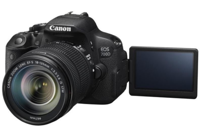 Digitální zrcadlovka Canon EOS 700D + 18-135mm STM Digitální zrcadlovka, 18MPix, 3 Touch LCD, FULL HD video, HDMI 8596B039AA