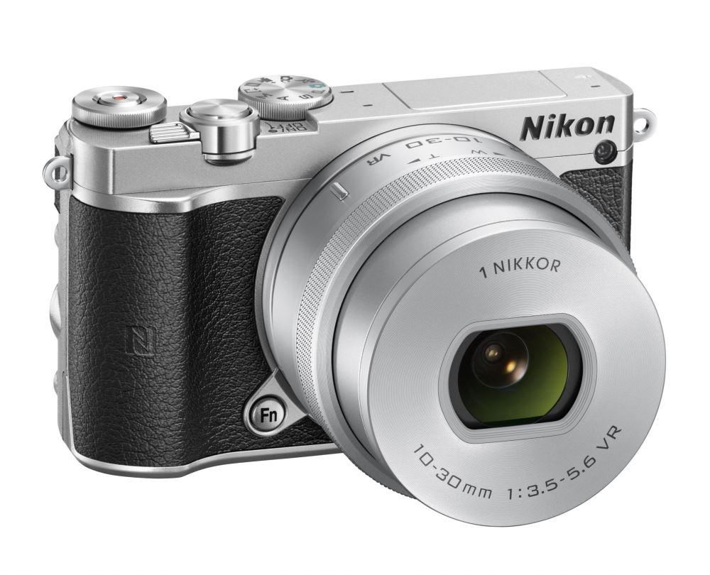 Digitální fotoaparát NIKON 1 J5 + 10-30mm stříbrný Digitální fotoaparát, objektiv 10-30mm, stříbrný VVA243K001